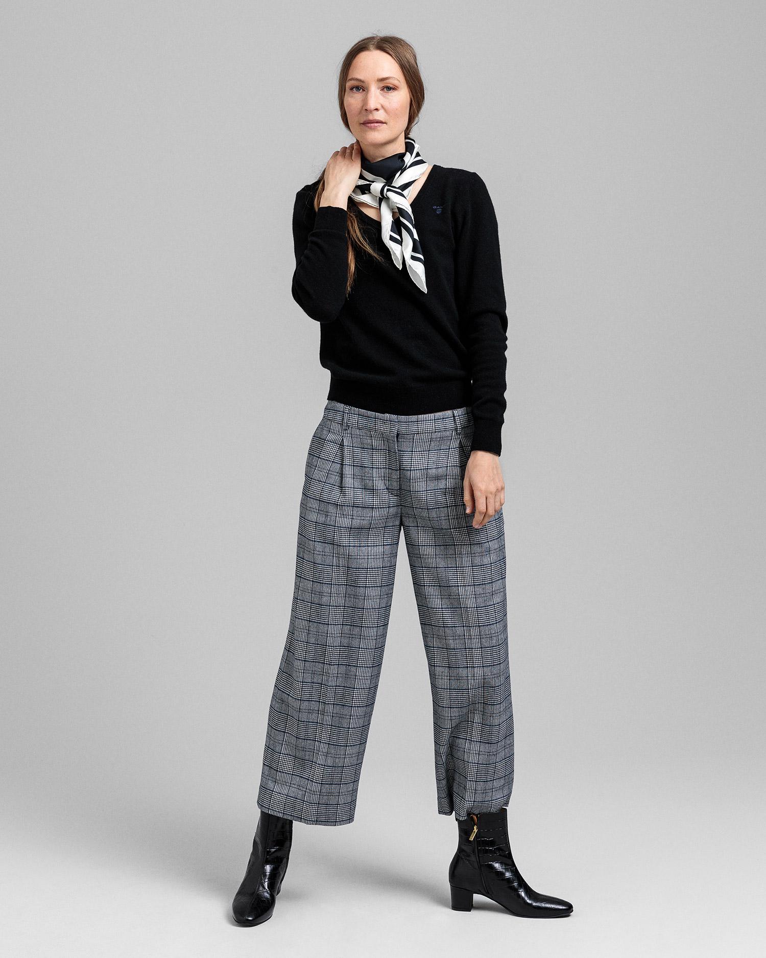 GANT damski sweter z bardzo delikatnej wełny jagnięcej z dekoltem w kształcie litery V - 4800502